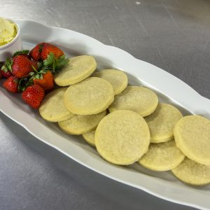 Shortbread with strawberries and clotted cream