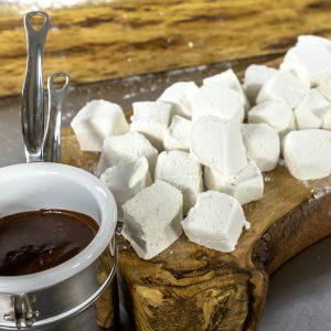 MARSHMALLOWS WITH CHOCOLATE SAUCE